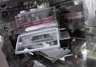操作を終えたフラスコをチャンバーに戻し、スライドレールでチャンバーを搬送位置に戻す